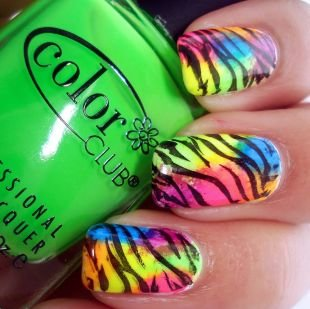 Маленькие рисунки на ногтях, маникюр радужная зебра
