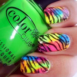 Яркие рисунки на ногтях, маникюр радужная зебра