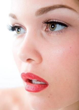 Макияж для рыжих с серыми глазами, макияж с черными стрелками и красной помадой