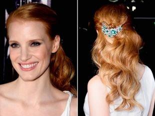 Светло рыжий цвет волос на длинные волосы, прическа на основе полураспущенных волос, украшенная заколкой с камнями