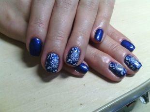 Маникюр с кружевами, синий глянцевый маникюр с белыми узорами