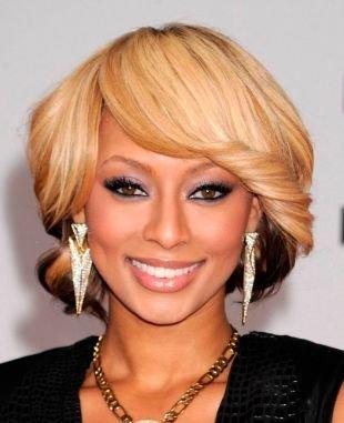 Цвет волос медовый блонд, красивая укладка челки