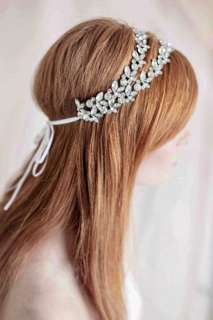 Цвет волос тициан на длинные волосы, свадебная прическа, украшенная повязкой с камнями