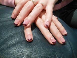 Школьный маникюр на короткие ногти, бордовый шеллак френч с цветком