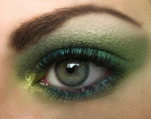 Яркий макияж для шатенок, вечерний макияж с мерцающими зелеными тенями