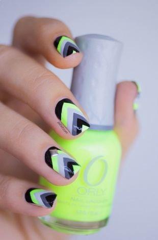 Зеленый маникюр, маникюр с угловым узором на коротких ногтях