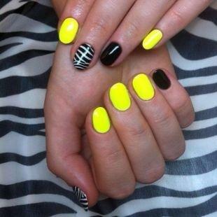 Современные рисунки на ногтях, двухцветный маникюр в черно-желтой гамме с принтом зебры