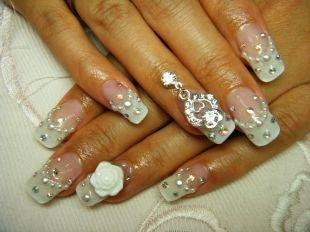 Дизайн гелевых ногтей, классический френч с лепкой, пирсингом для ногтей и стразами
