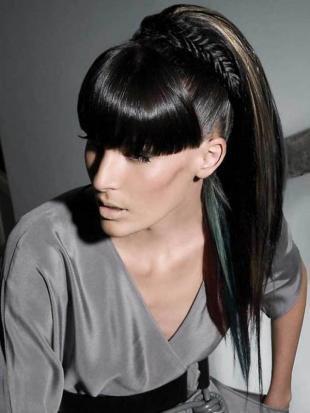 Иссиня-черный цвет волос, прическа с челкой на длинные волосы
