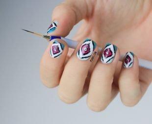 Рисунки на белом ногте, необычный маникюр с ромбовидным орнаментом на коротких ногтях