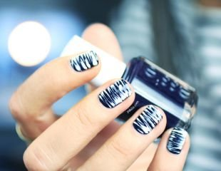 Маникюр на очень коротких ногтях, модный бело-синий маникюр на коротких ногтях