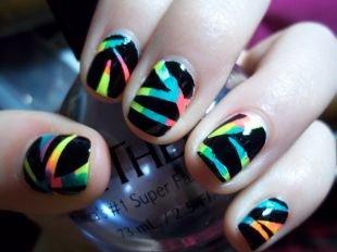 Рисунки на маленьких ногтях, геометрический радужный рисунок на черном фоне