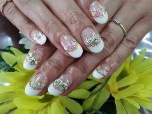 Рисунки блестками на ногтях, френч с пестрыми конфетти, золотистой полосочкой и бантиками