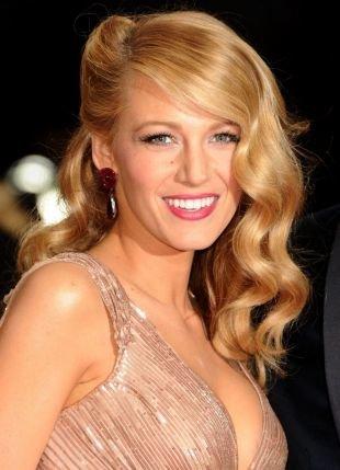 Цвет волос карамельный блондин на длинные волосы, прическа с крупными локонами, уложенными на одну сторону
