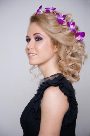 Цвет волос песочный блондин, праздничная прическа с цветами