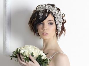 Свадебные прически с диадемой на средние волосы, оригинальные свадебные аксессуары для волос