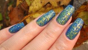 Маникюр на осень, синий дизайн ногтей с золотыми блестками