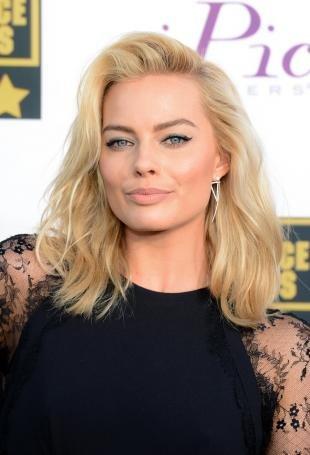 Цвет волос теплый блонд, красивая укладка волос средней длины