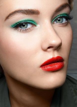 Макияж для блондинок с красной помадой, ярко-зеленый макияж глаз