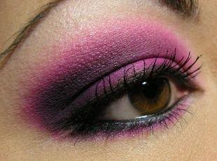 Яркий макияж для карих глаз, макияж для нависшего века розовыми тенями